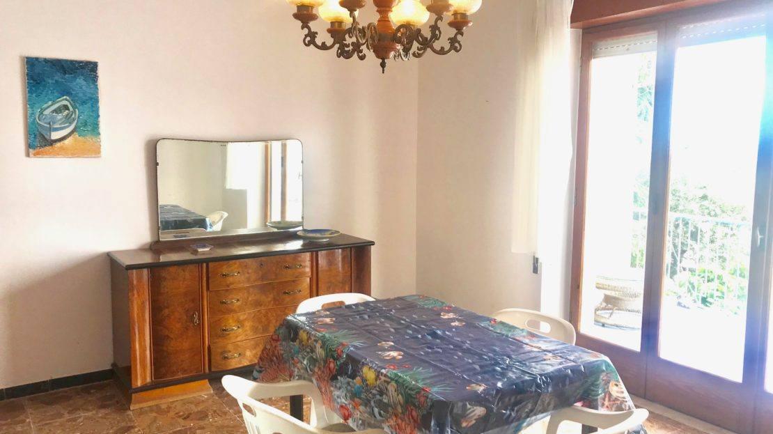 Particolare della sala con tavolo e sedie nel trilocale Gelsomina in affitto a Giglio Porto