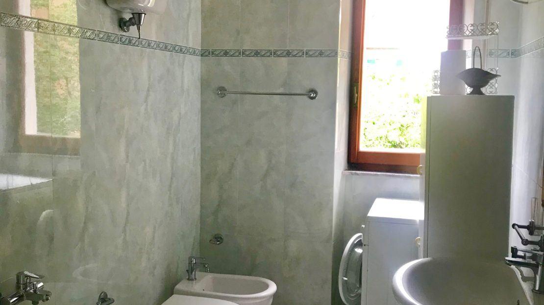 Particolare della stanza da bagno nel trilocale Gelsomina in affitto a Giglio Porto
