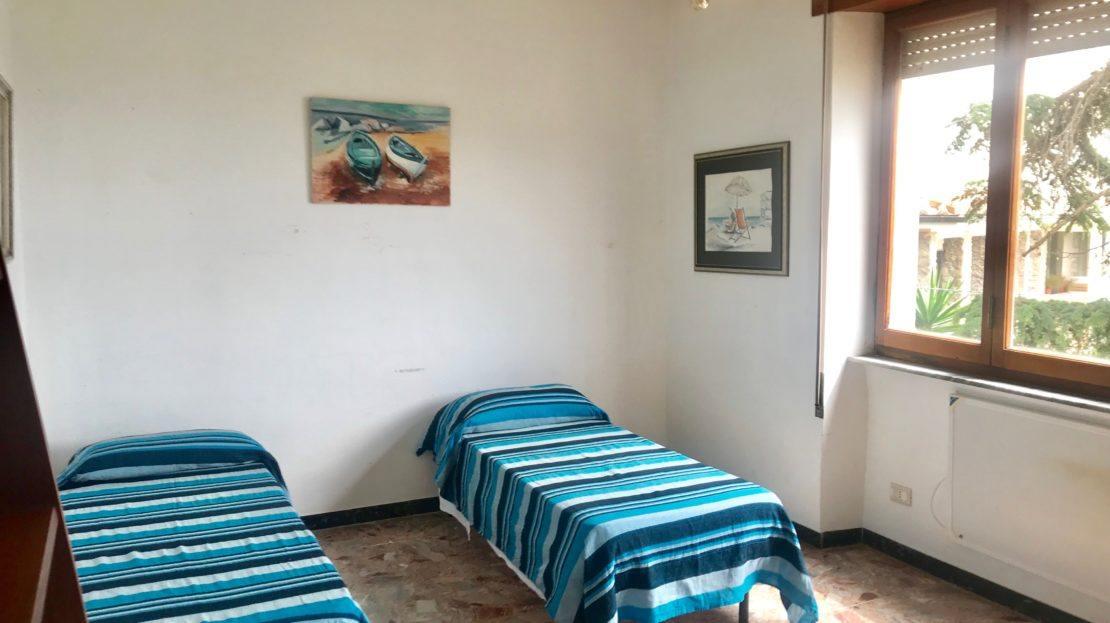 foto dei 2 letti singoli all'interno del trilocale Gelsomina in affitto a Giglio Porto