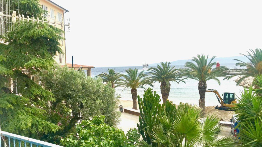 Esterno del terrazzo del trilocale Gelsomina in affitto a Giglio Porto, al primo piano di una villa fronte mare