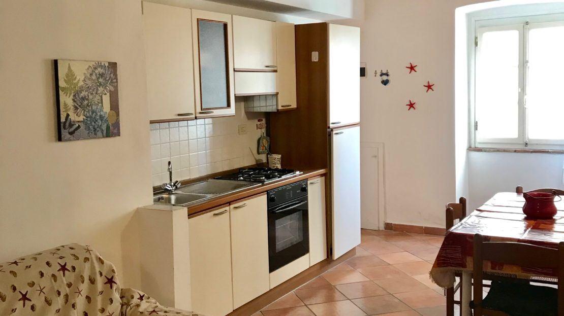 Foto dell'angolo cucina presente nell'appartamento Violetta disponibile in affitto nella località di Giglio Porto
