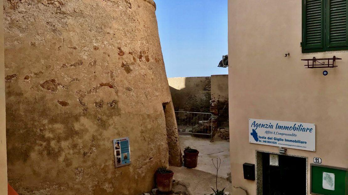 Foto panoramica dell'esterno della sede dell'Agenzia Isola del Giglio Immobiliare