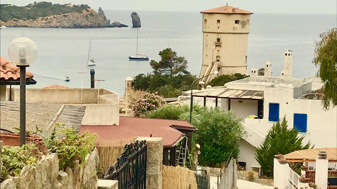 Foto scattata all'esterno di un trilocale vista mare in vendita a Giglio Castello