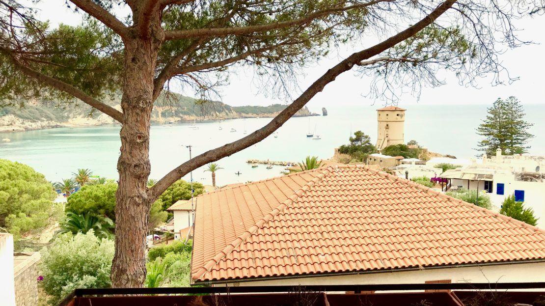 Panoramica scattata dal terrazzo di un trilocale vista mare in vendita a Giglio Castello