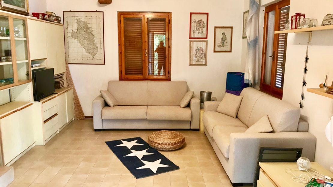 Sala interna presente all'interno di un trilocale vista mare in vendita a Giglio Castello