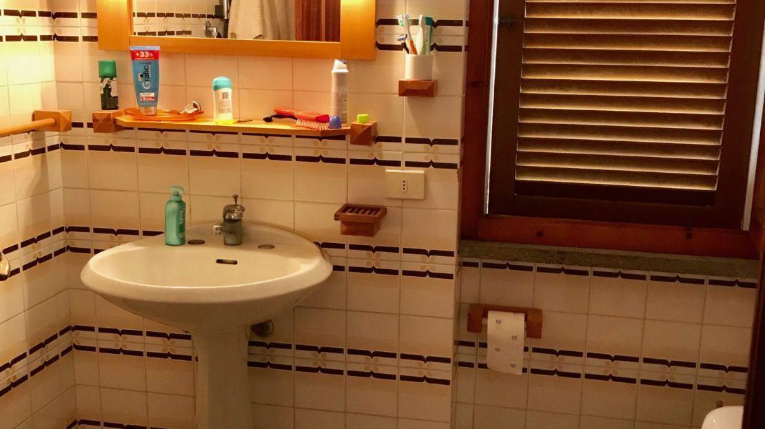 Foto del bagno presente all'interno del trilocale vista mare in vendita a Giglio Castello