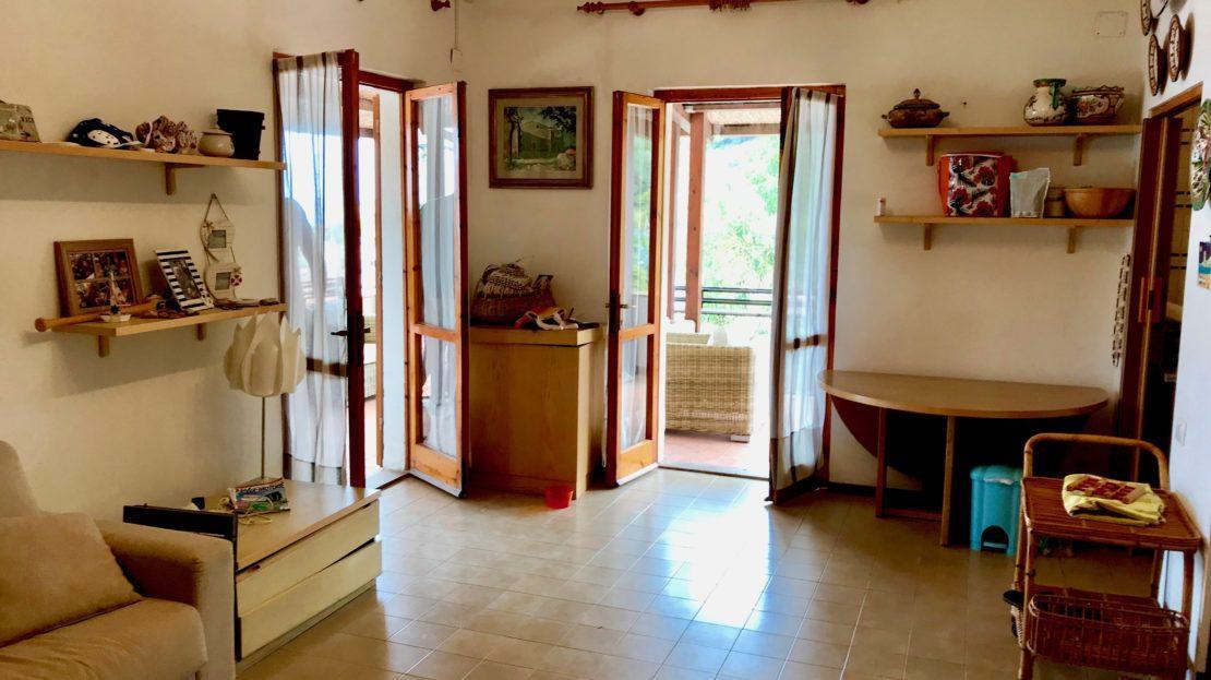 Sala interna, foto scattata all'interno di un trilocale vista mare in vendita a Giglio Castello