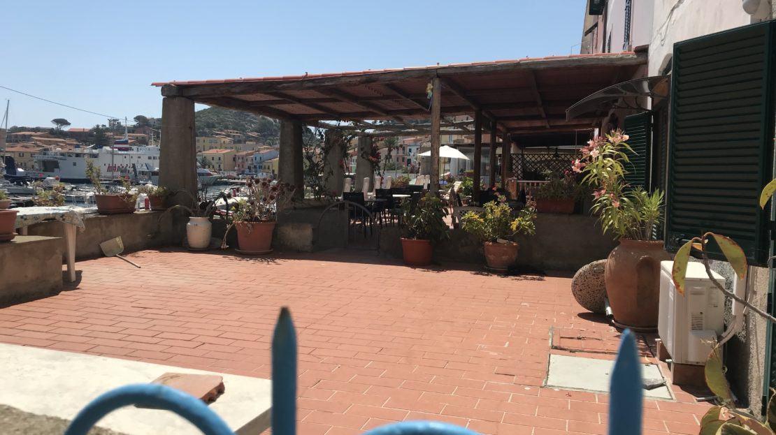 Ampio terrazzo di 80 metri presente in bilocale in vendita a Giglio Porto, con piano rialzato